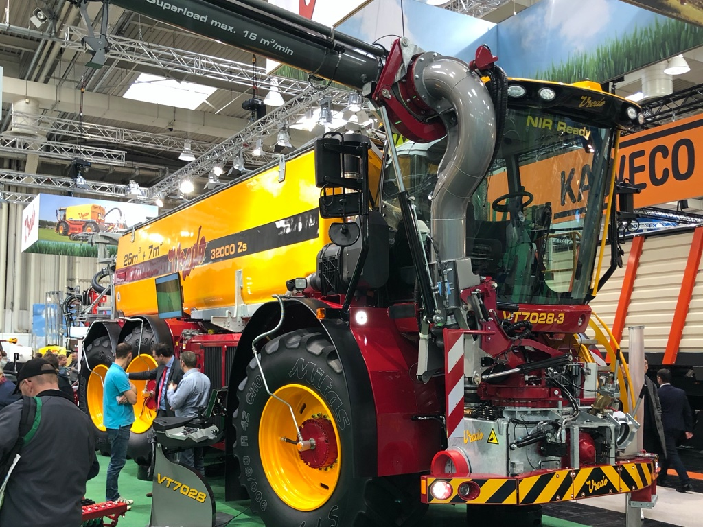 Huge self-propelled slurry applicator by Vredo